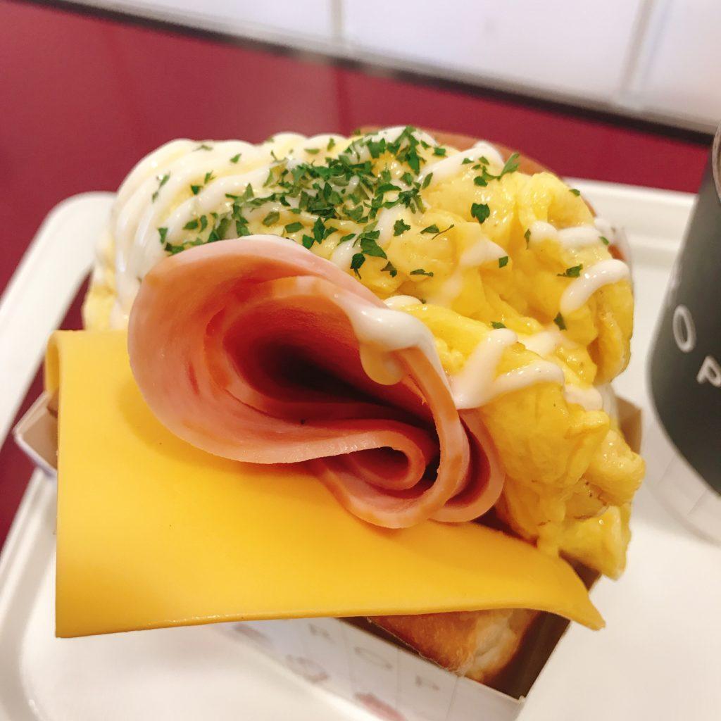 EGG DROPのアメリカンハムチーズ。スクランブルエッグはフワフワで美味しい。