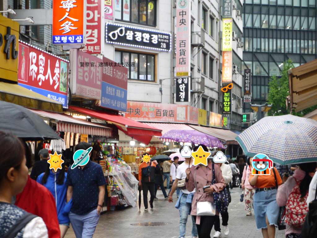 以前の韓国の南大門市場。平日の天気が悪い日でもたくさんの観光客がいた