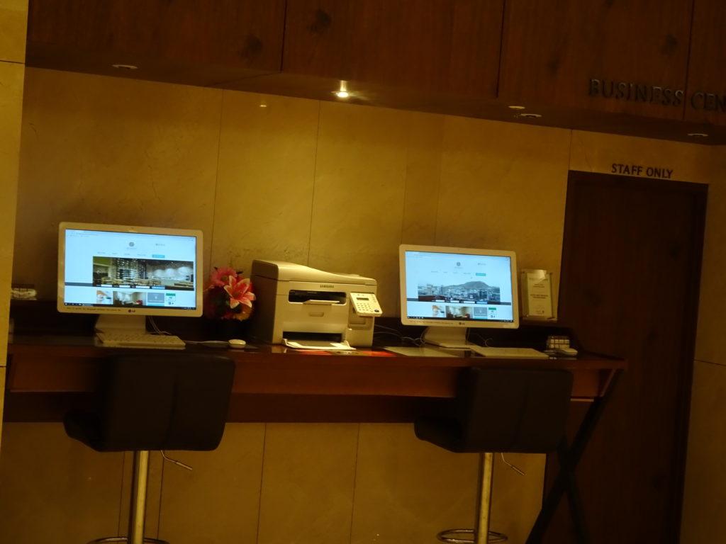 NEW ORIENTAL HOTEL明洞のフロントには無料でパソコン検索が出来る