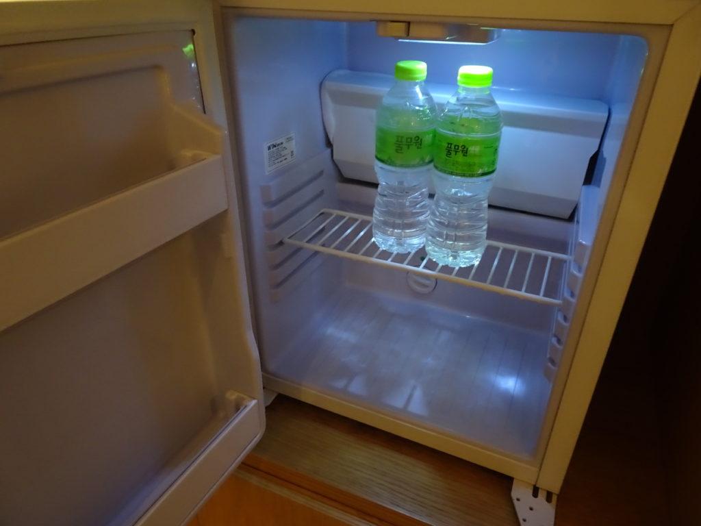 NEW ORIENTAL HOTEL明洞の冷蔵庫には、無料のミネラルウォーターが2本完備