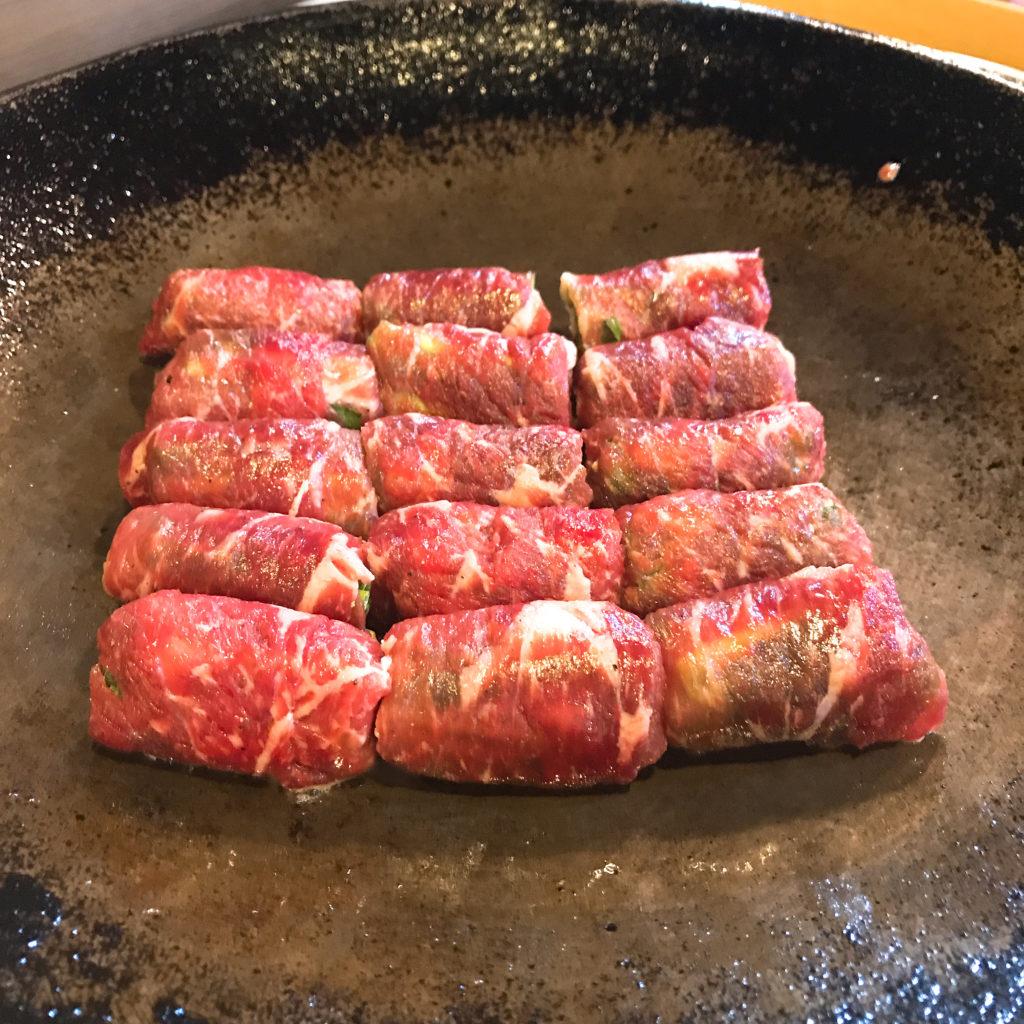 野菜がたっぷりと巻かれたマルコギを大きな鉄鍋で焼いていきます