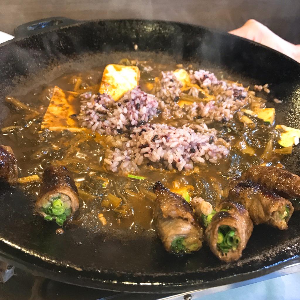シメで食べるテンジャンチゲポックンパッ。雑穀米の雑炊といった感じ
