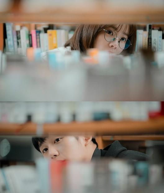 韓国ドラマ 春の夜 図書館で目が合う二人
