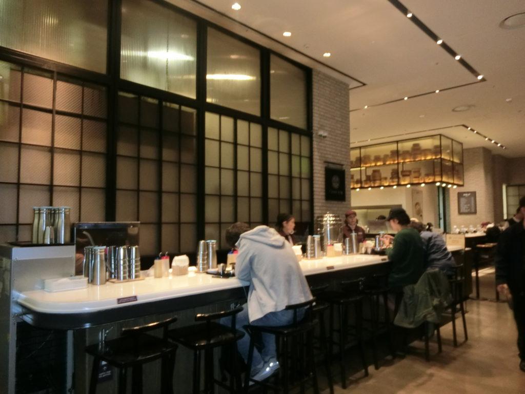 束草コダリ冷麺は、カウンター席が10席のみで、1人でも食事がしやすい