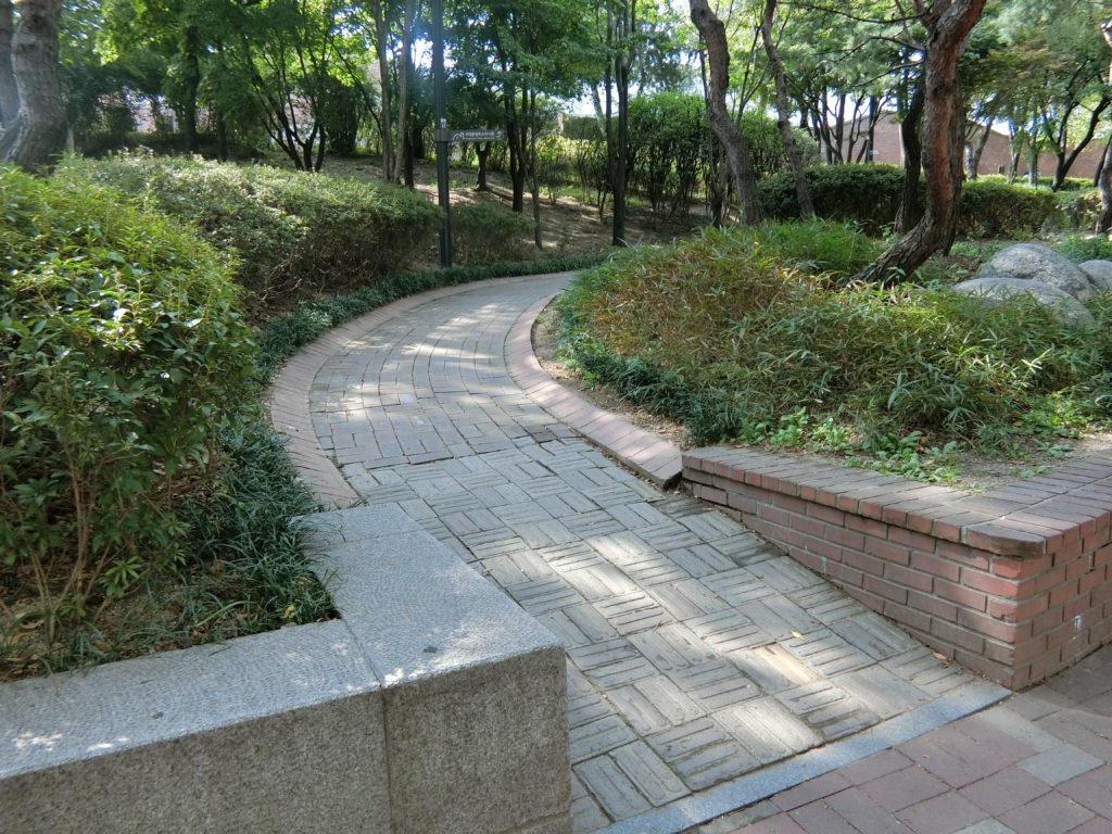 ソウル地下鉄3号線5番出口を出たらすぐに左にある緩やかな登り坂を上がる