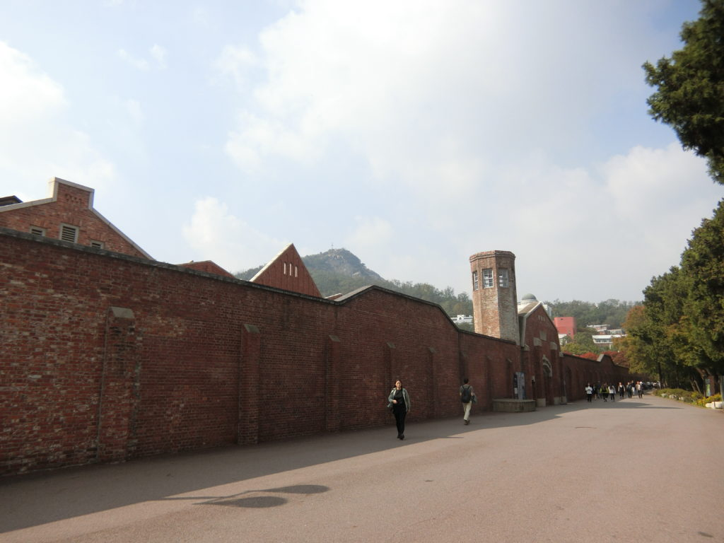 西大門刑務所歴史館入り口の道を右折し、塀沿いを直進する