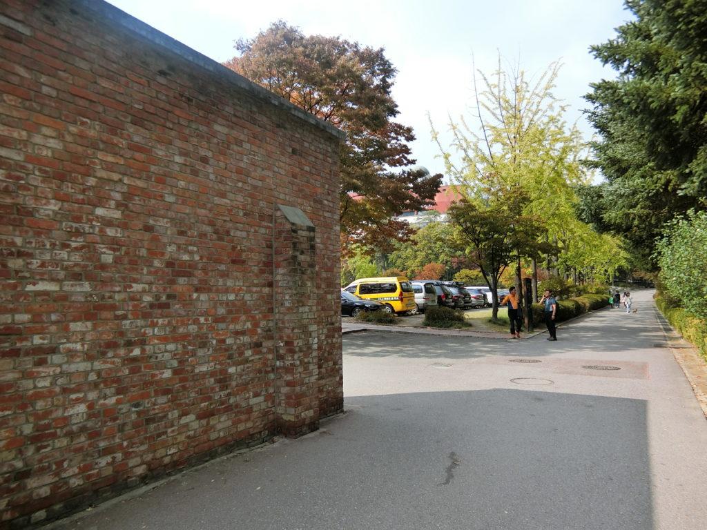 西大門刑務所歴史館の塀の角まで来ると、その先は駐車場
