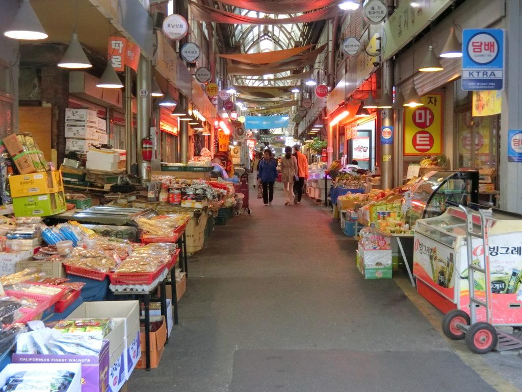通仁市場は庶民的は市場で生鮮食品や総菜などを売っている小さな市場