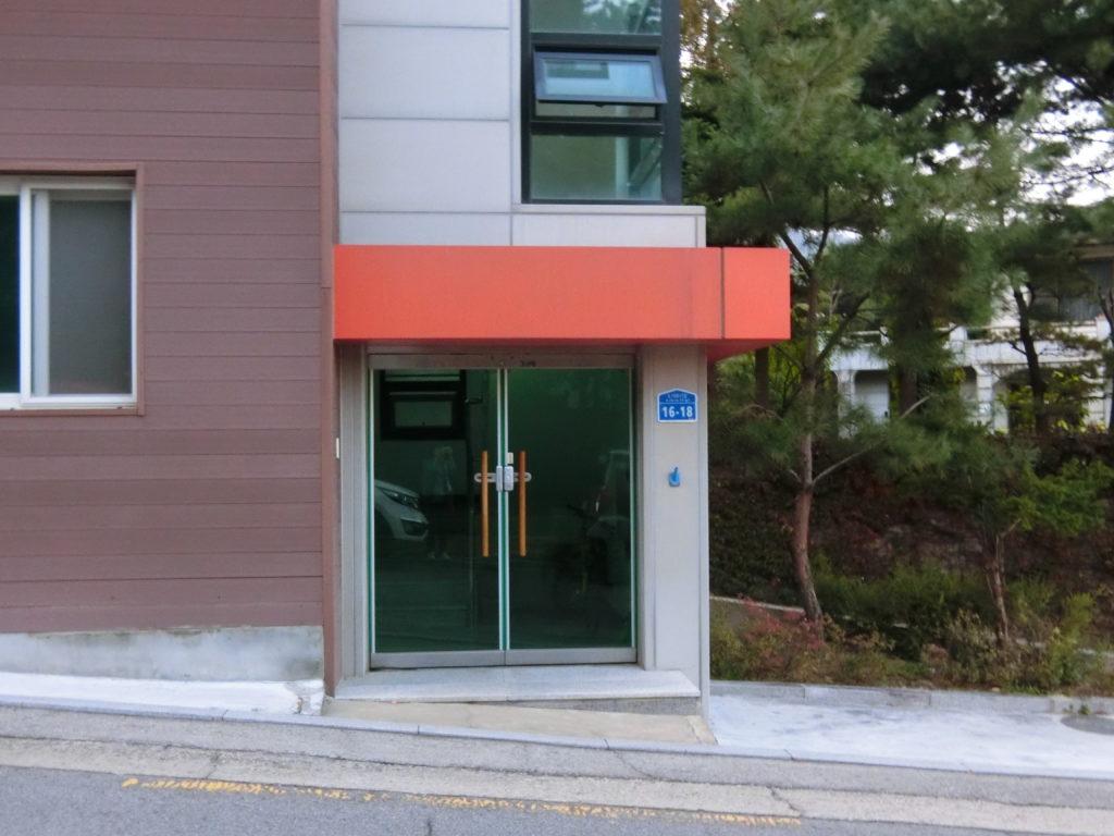 「春の夜」ユ・ジホが住んでいたアパートの入り口
