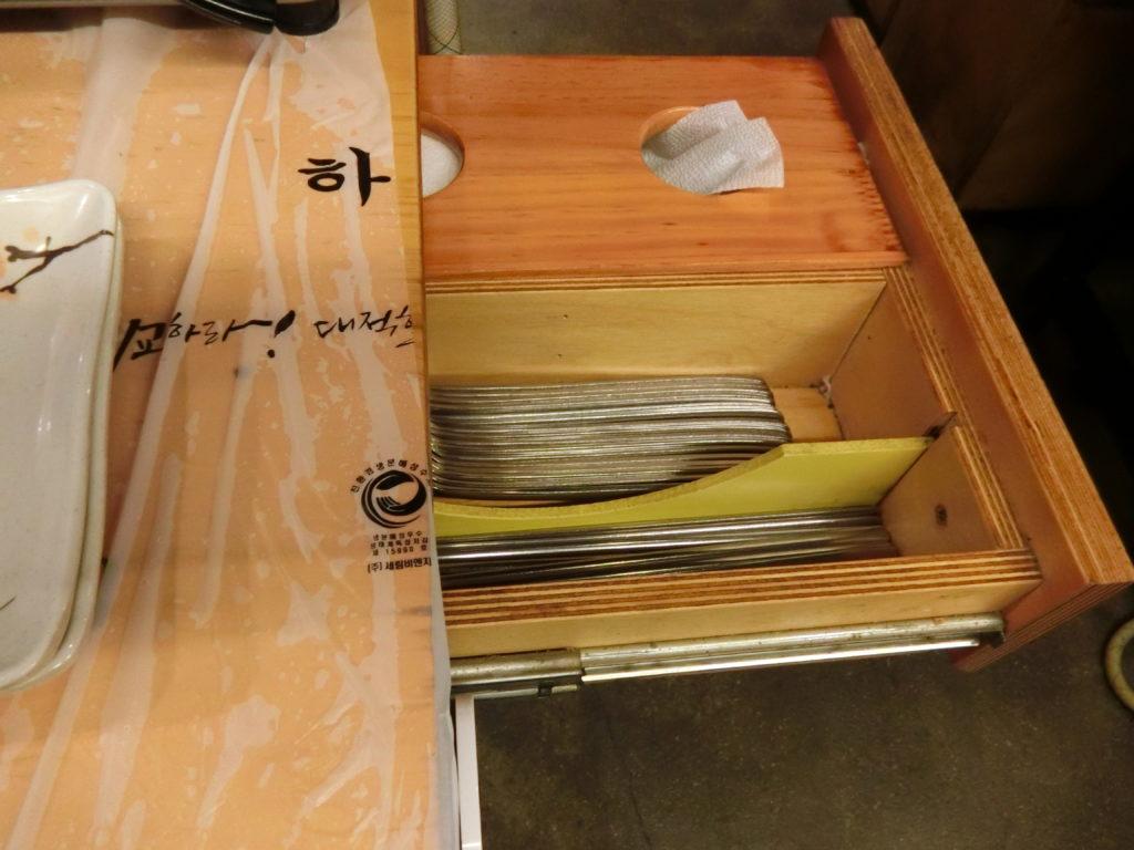 箸やスプーンはテーブル横の引き出し
