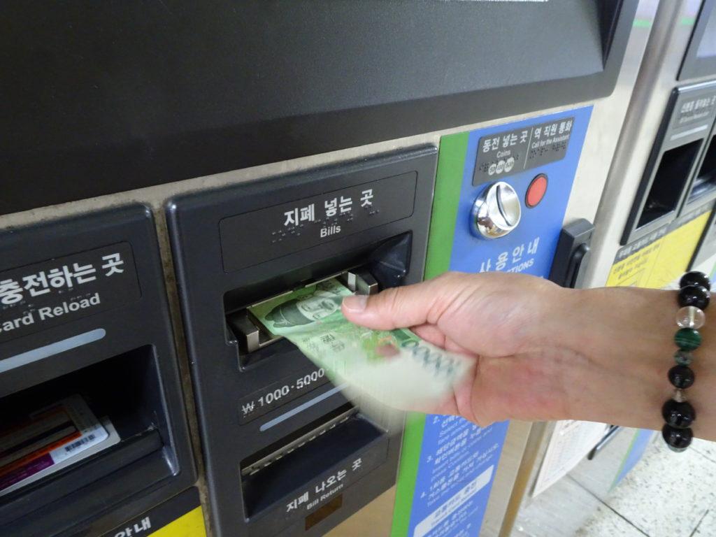 T-moneyカードチャージ方法、お金を挿入