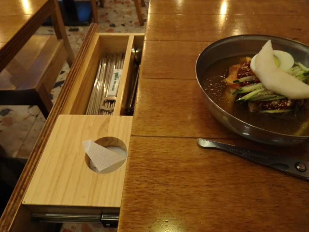 韓国では、テーブル横にある引き出しに箸やスプーンが準備されています