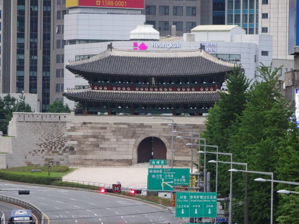 ソウル駅から南大門市場に続く遊歩道から見える南大門