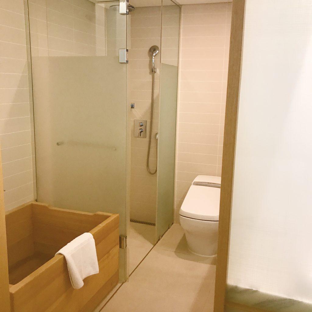 シャワー室・ヒノキのお風呂・トイレは清潔でした
