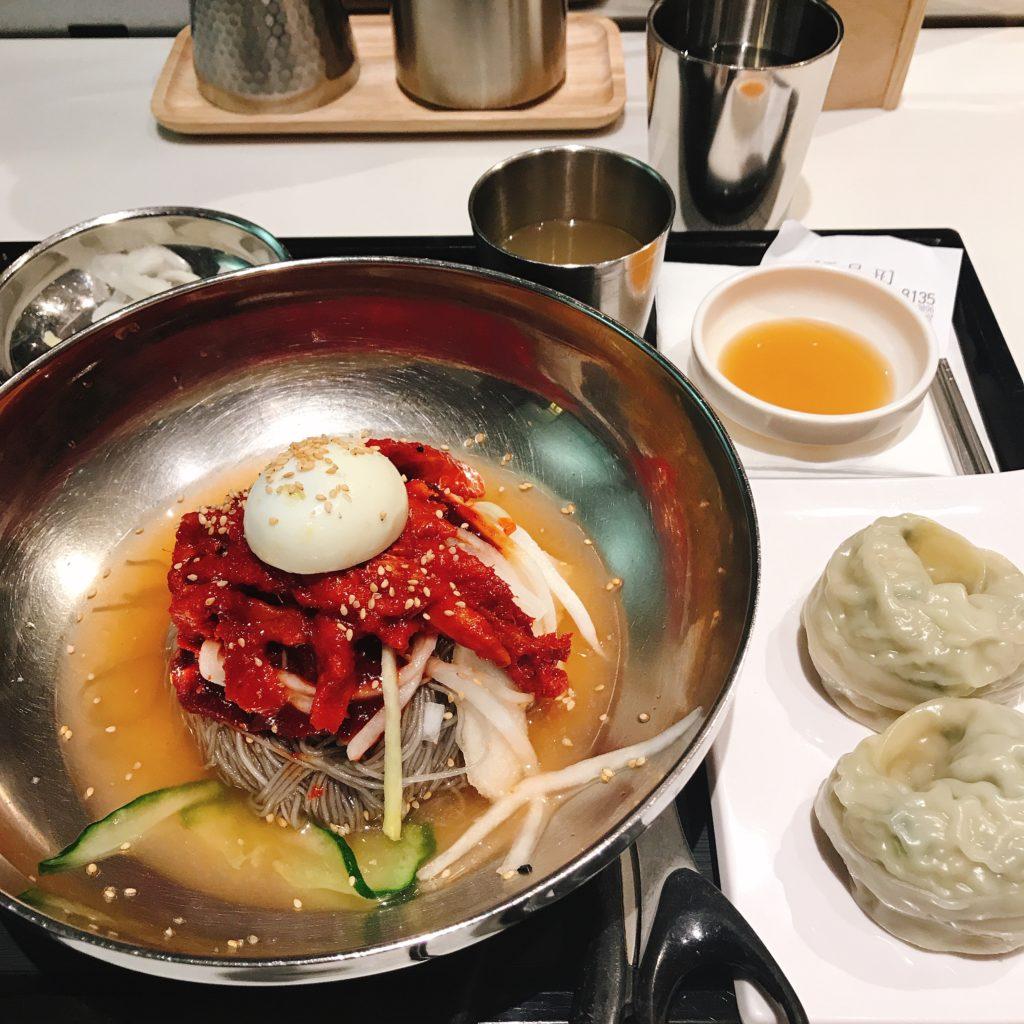 コダリ(半干しスケトウダラ)がのった冷麺とマンドゥはさっぱりとしてスケトウダラのうま味が冷麺とよく合います
