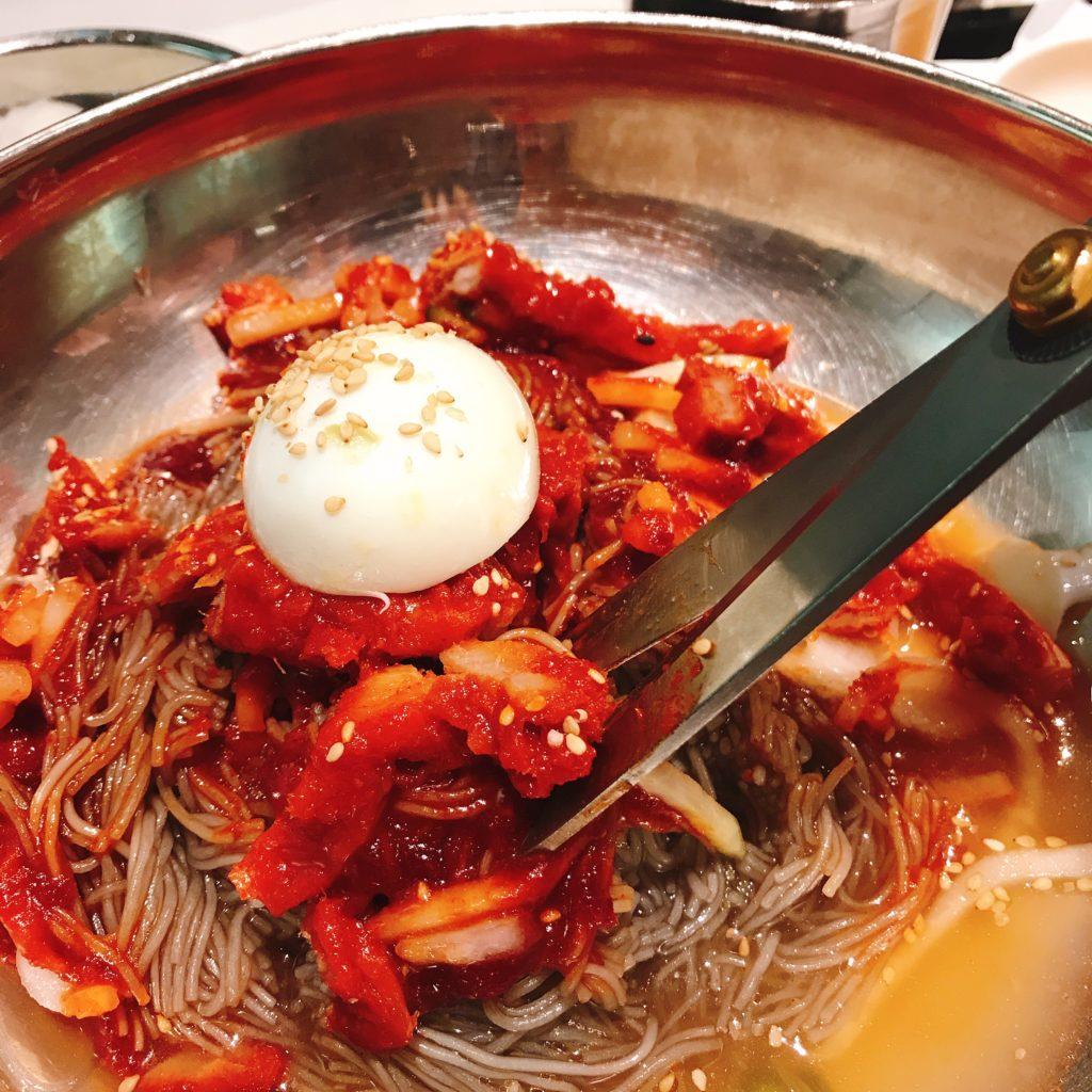 新世界デパートのフードコート コダリ冷麺。ハサミで麺をカットして食べる