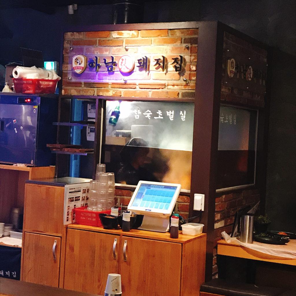 河南テジチッ明洞1号店のお店の中には炭火チョボルグイのブースがあります