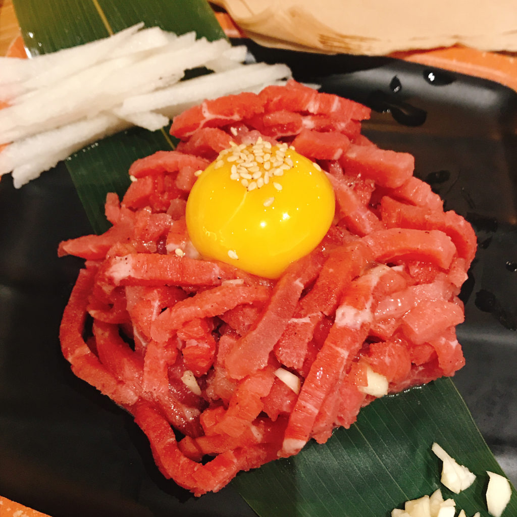 イチャドルでは、ユッケも格安で食べられます。大きめにカットされたユッケは量も多く食べ応え十分