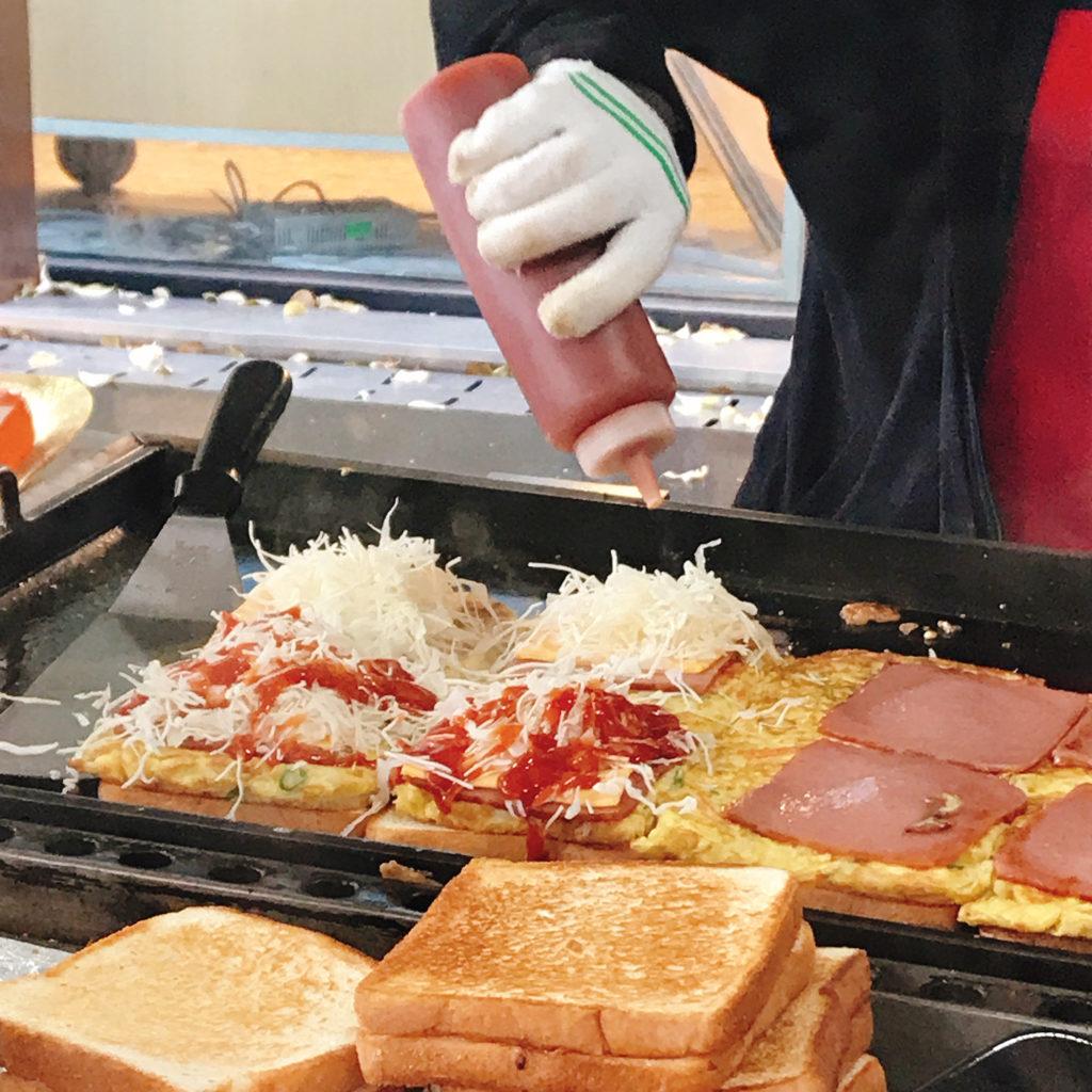 トーストの中身には、キャベツもたっぷり。味付けはケチャップ