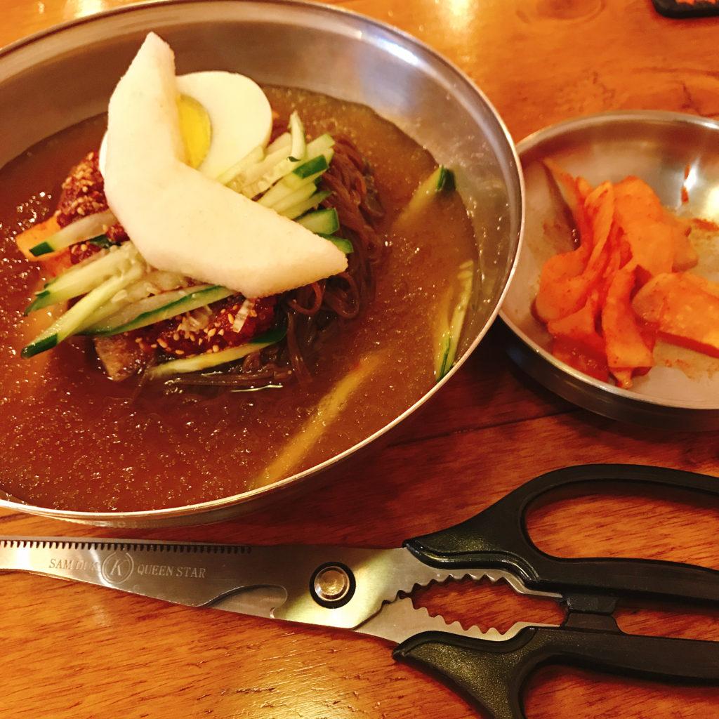葛冷麺はコシが強め、自分でハサミでカットして食べましょう。スープはシャーベット状とっても冷たい