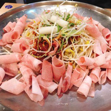 豆もやしと豚肉を辛いタレで炒めたコンブル